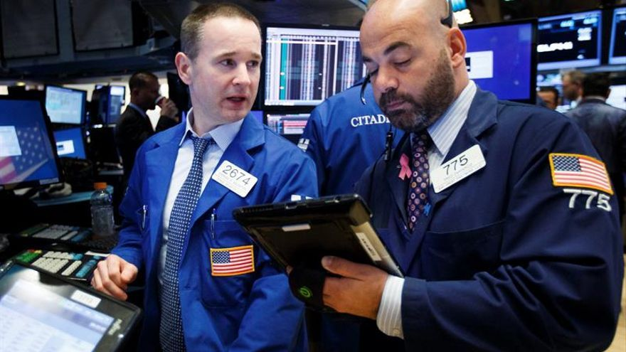 Wall Street abre con ganancias y el Dow Jones toca los 19.000 puntos