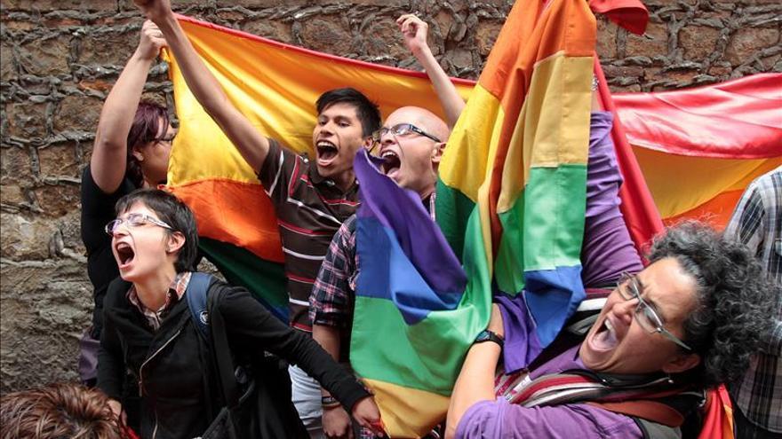 Activistas en favor de las uniones entre parejas del mismo sexo se manifiestan en Bogotá