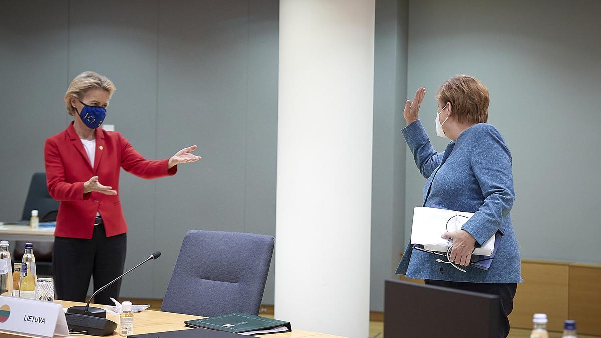 La presidenta de la Comisión Europea, Ursula von der Leyen, y la canciller alemana, Angela Merkel, el 1 de octubre de 2020 en Bruselas.
