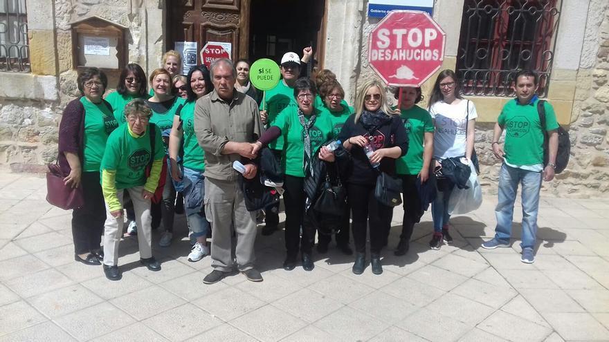 Miembros de la PAH acompañando al juicio a los afectados
