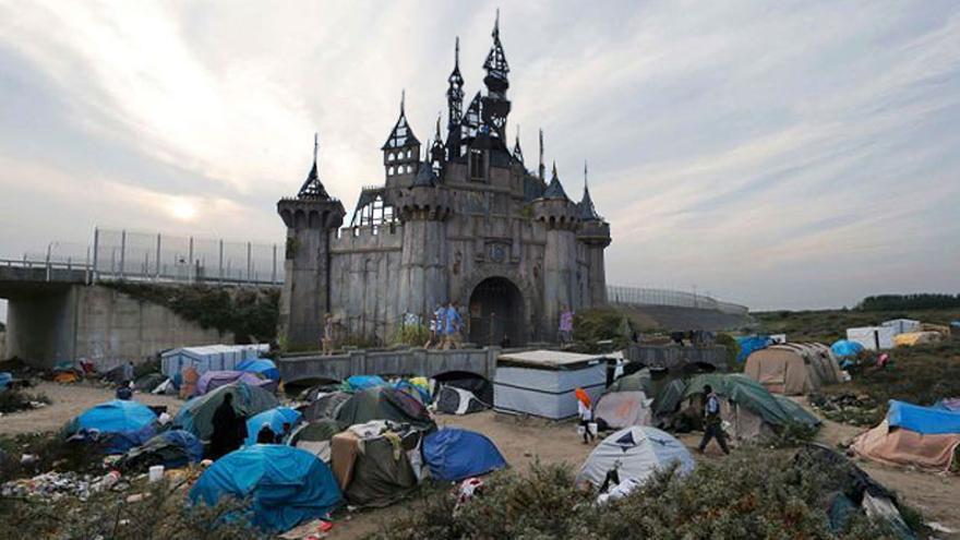 El campo de refugiados de Jungle, en Calais y el castillo de Dismaland, en un montaje de Banksy
