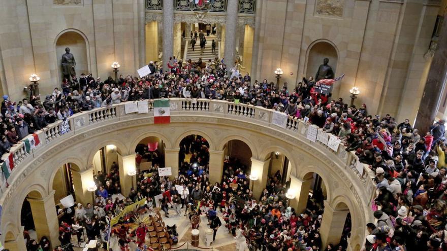"""Manifestantes dentro del Capitolio de Minnesota en la convocatoria de """"Un día sin inmigrantes"""" del pasado mes de febrero (AP)"""