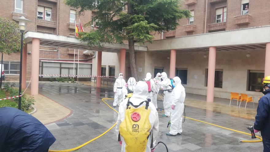 Personal de GEACAM en las tareas de desinfección de la residencia Núñez de Balboa en Albacete