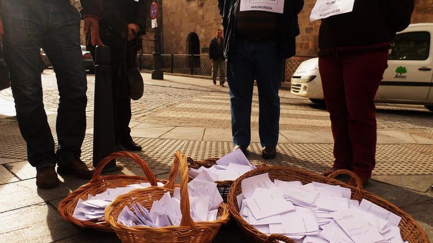 Madroñera, entrega firmas reapertura PAC noviembre 2014 Mérida
