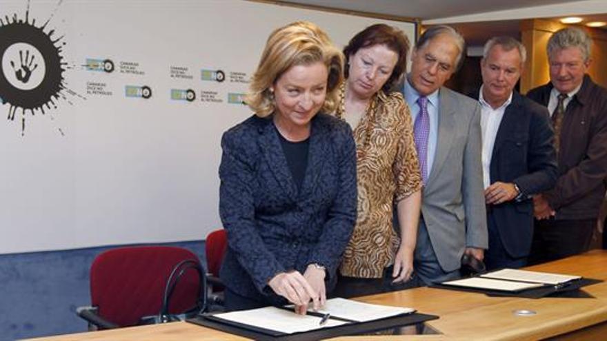 La diputada Ana Oramas, en el acto institucional contra las prospecciones. (EFE / ELVIRA URQUIJO)