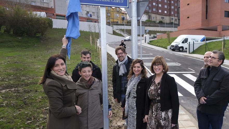 Descubierta la placa que bautiza a una nueva calle con el nombre de 'Poeta Matilde Camús'