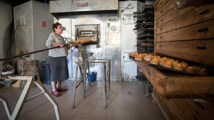 Nati, de 79 años, regenta la panadería desde los 24