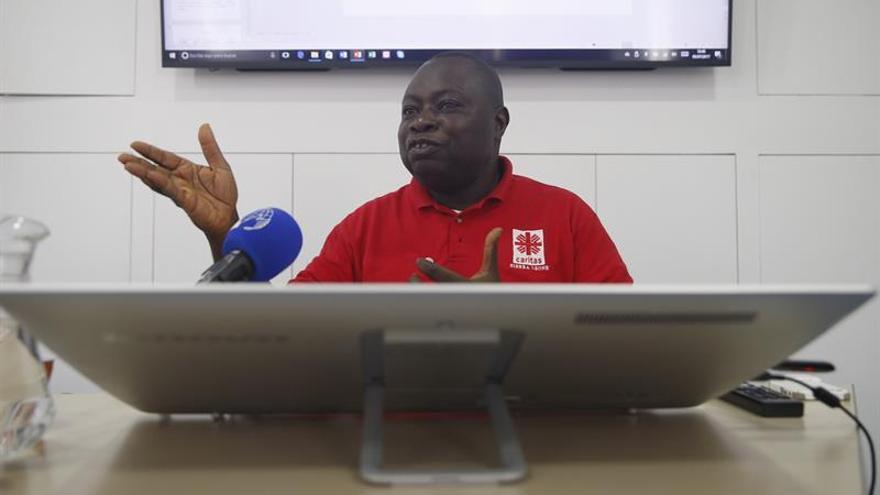 Konteh, el sacerdote que intenta paliar el estigma del ébola en Sierra Leona