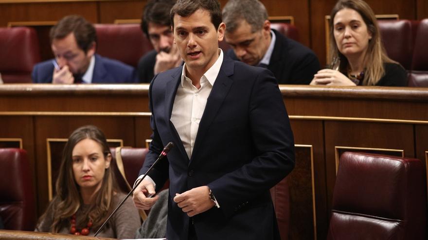 """Rivera pide a Rajoy afrontar el independentismo aunque sea """"incómodo hablar"""" con Puigdemont"""