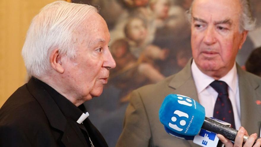 Antonio Cañizares, realizando declaraciones a un micrófono de La 8 TV Mediterráneo
