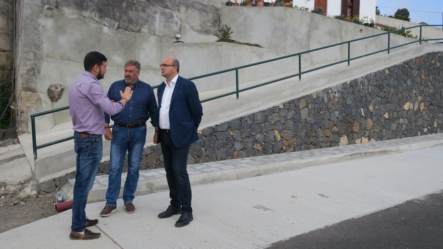 De izquierda a derecha, Jacob Qadri; alcalde de Barlovento;  Jorge González, consejero insular de Infraestructuras, y Anselmo Pestana, presidente del Cabildo de La Palma, en la zona de La Cadena.