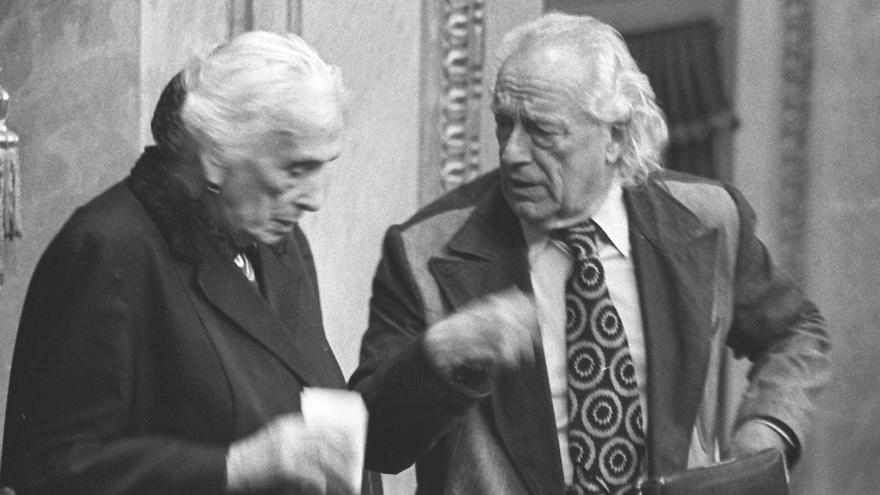 Dolores Ibárruri y Rafael Alberti, en la Mesa de Edad de la constitución de las Cortes, el 13 de julio de 1977.