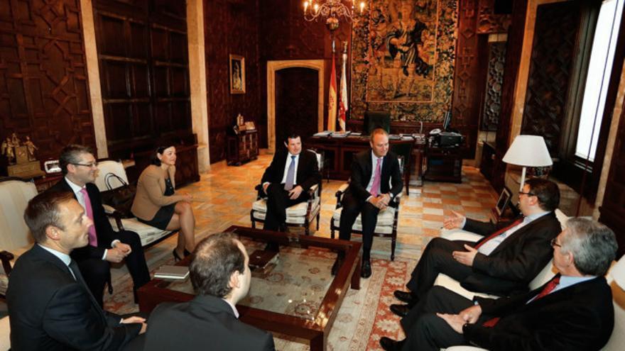 Alberto Fabra y los representantes de Lavalin durante una reunión en Valencia.
