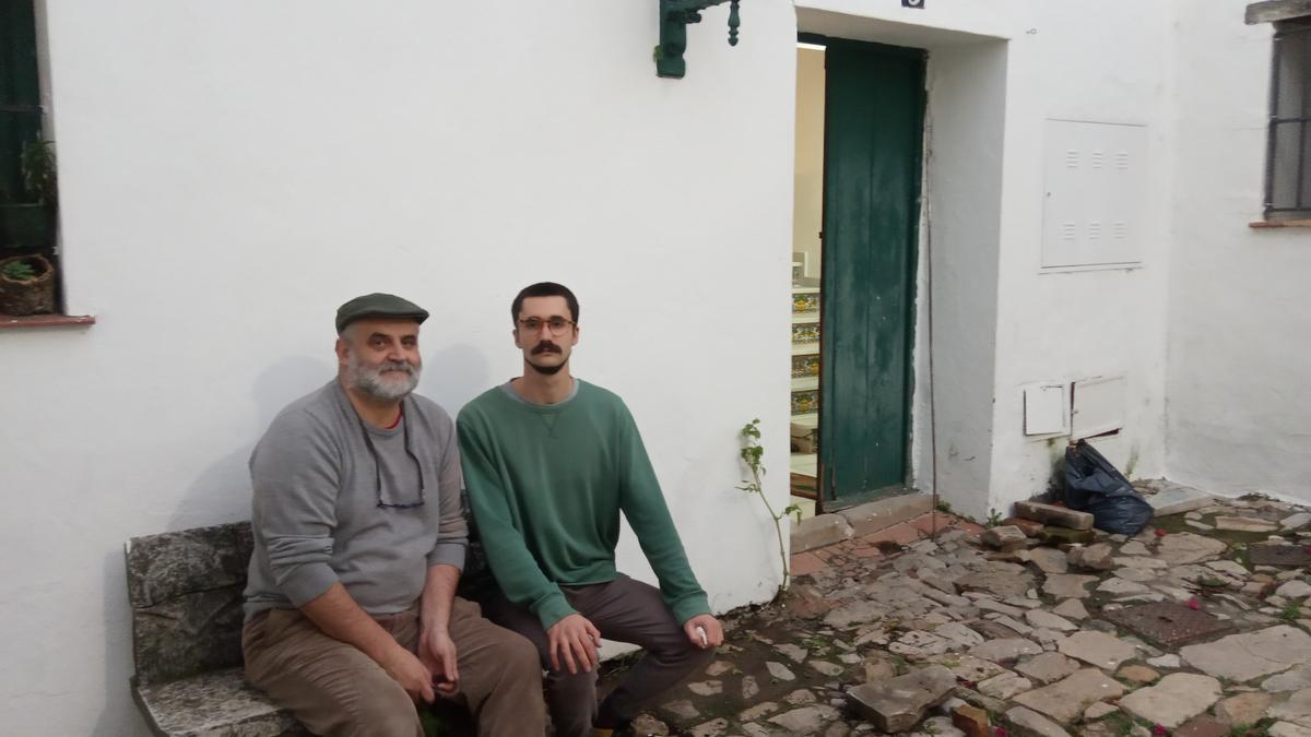 Juan Miguel León Moriche y su hijo Miguel en la casa del Corralete
