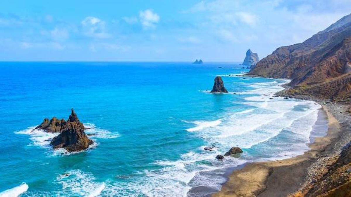 Playa de Almáciga, donde se activaron labores de seguimiento para detectar la posible presencia de restos de hidrocarburos.