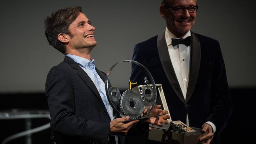 El actor Gael García Bernal recibe el Premio Cine Latino Jaeger-Le Coultre en San Sebastián