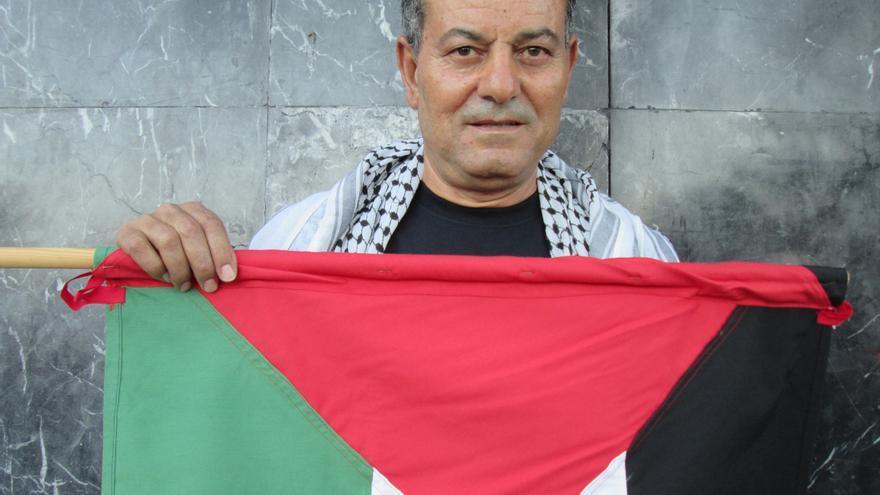 Ahmad Abdel luce el pañuelo palestino y la bandera de su pueblo. Foto: LUZ RODRÍGUEZ