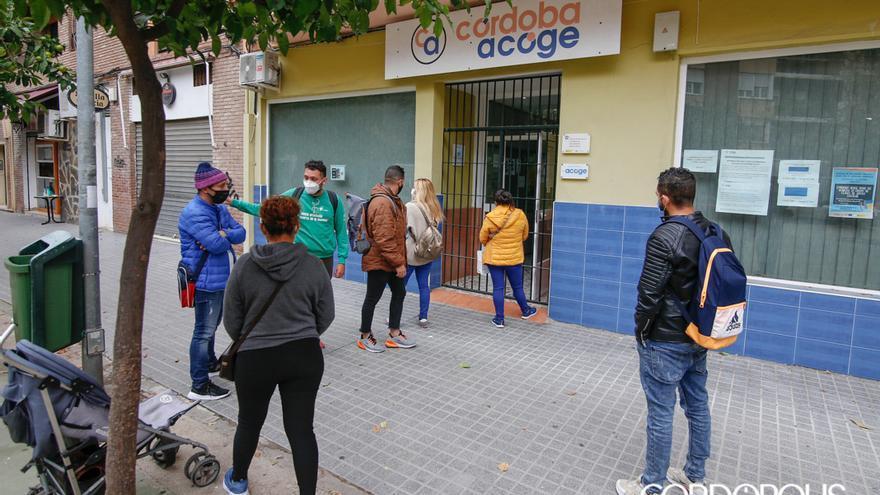 Varios usuarios, antes de entrar en Córdoba Acoge | ÁLEX GALLEGOS
