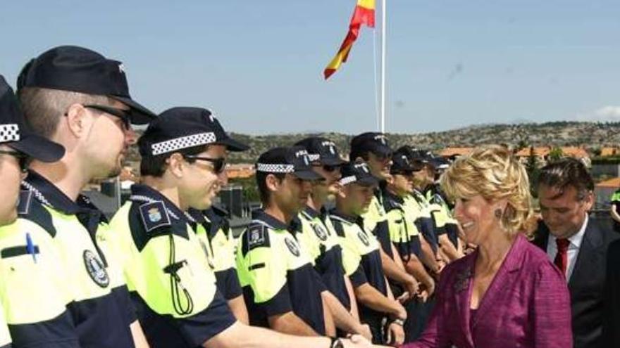 Esperanza Aguirre en 2008 pasando revista a agentes de las Brigadas Especiales de Seguridad (BESCAM) de la Comunidad de Madrid