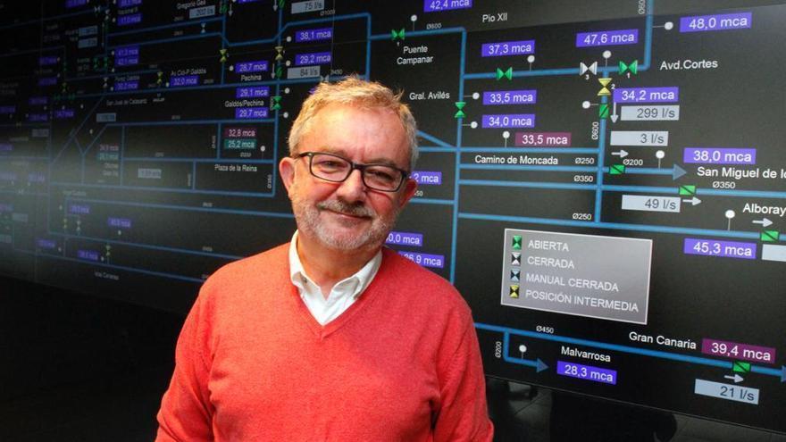 Juan José Pérez Palomar, en el puesto de mando que controla todo el circuito de agua informatizado.
