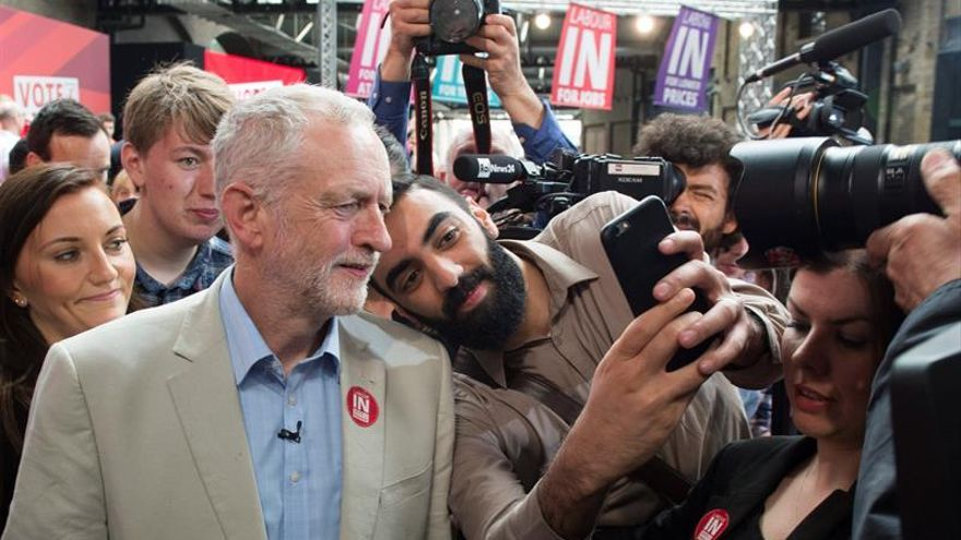 Sánchez habla con el líder laborista Corbyn y le desea suerte en la votación