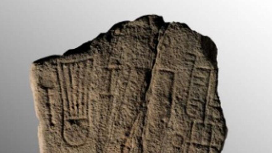 La estela hallada en Jerez de los Caballeros es una estela de piedra arenisca de 130x60x31 cm / Junta