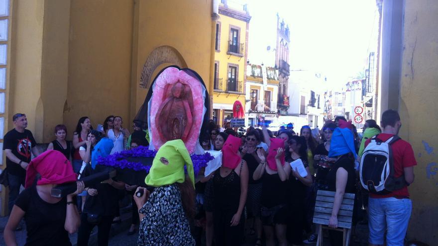 El 'aquellarre feminista' durante su parada en el arco de la Iglesia de la Macarena.