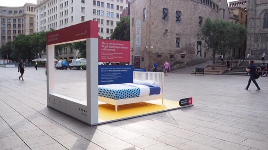 El Ayuntamiento de Barcelona instala camas en la calle para informar sobre los alojamientos turísticos ilegales (Ayuntamiento de Barcelona)
