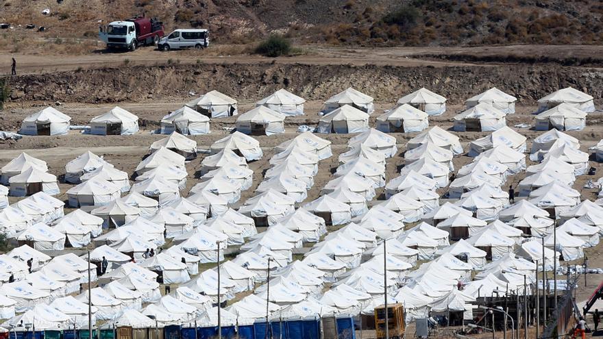 Unos 200 refugiados entran en el nuevo campo de Lesbos en las primeras 24 horas