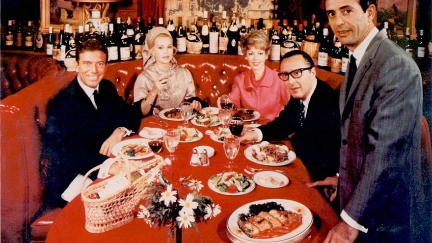 La Scala abrió en 1957 y rápidamente se convirtió en el punto de encuentro favorito de las estrellas de cine. El talento de Leon para las relaciones públicas convirtieron el restaurante en un lugar de paso obligado en el Hollywood de los cincuenta, los sesenta y los setenta.