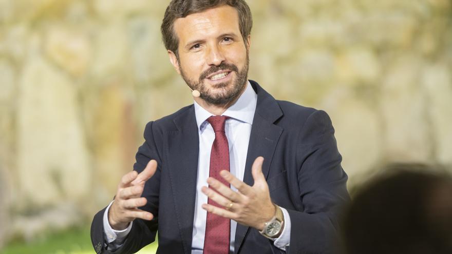 El presidente del Partido Popular, Pablo Casado, participa en la mesa redonda 'La Concordia, base de nuestra Constitución y del éxito de nuestra democracia', a 19 de julio de 2021, en Ávila, Castilla y León (España).