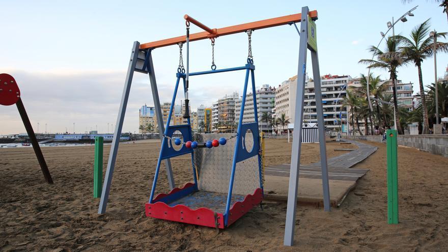 Columpio adaptado para niños con diversidad funcional en mal estado en la playa de Las Canteras.