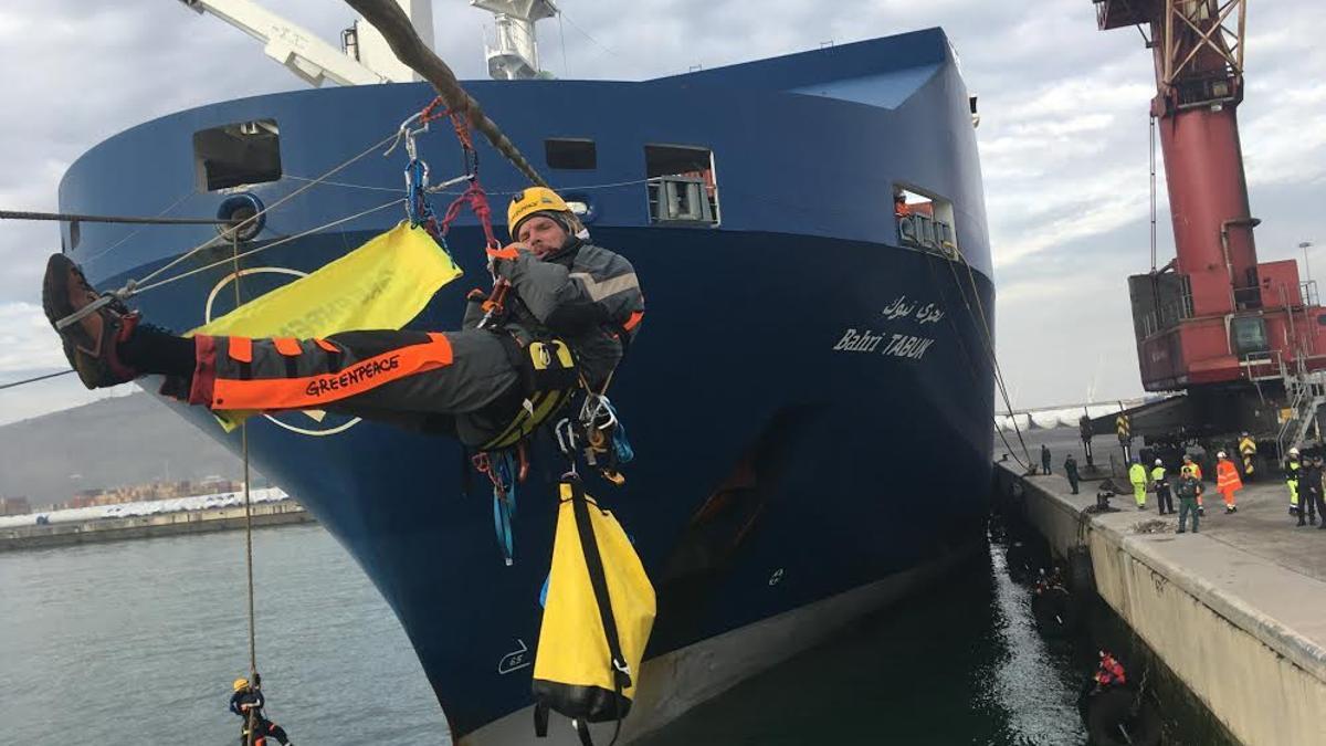 Activistas de Greenpeace se encaraman al barco 'Bahri Tabuk' en febrero de 2018, mientras carga armas que podrían ser utilizadas en la guerra del Yemen.