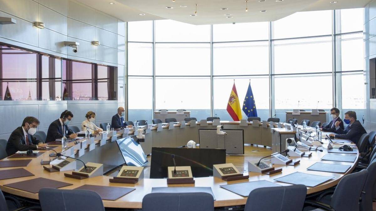 La vicepresidenta tercera y ministra de Trabajo, con el vicepresidente económico de la Comisión Europea, Valdis Dombrovskis.