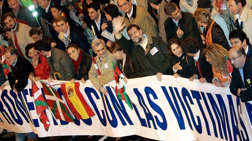 Rajoy y otros dirigentes del PP en una manifestación de la AVT en Madrid en 2006. Foto: Javier Lizón / Efe.