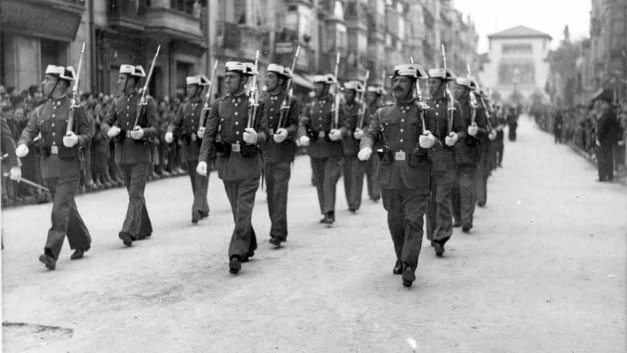 Vitoria 14 de abril de 1936. Parada militar en la Calle Dato con motivo del aniversario de la Segunda República. En la imagen, una sección de la Guardia Civil; véase al fondo la estación de ferrocarril (Yanguas, AMVG).
