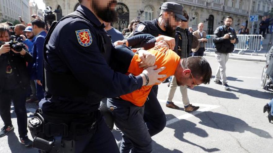 La policía detiene a un trabajador de Alcoa tras altercados en la manifestación