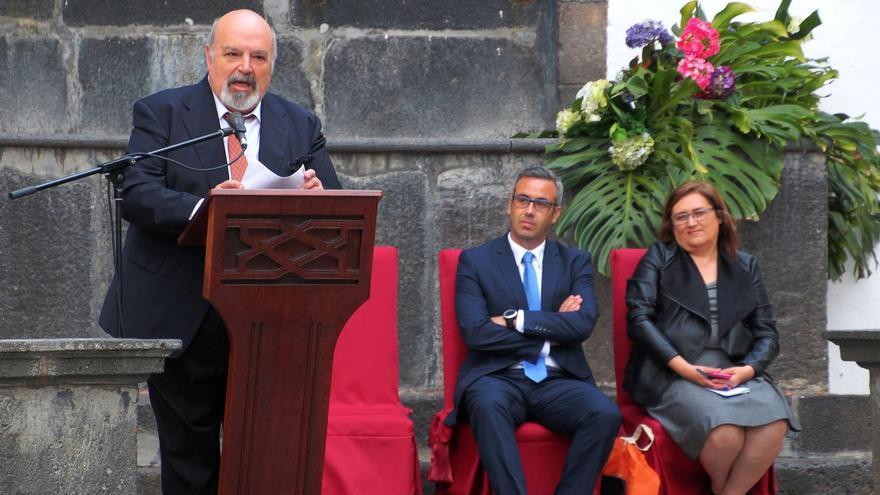 Manuel Pérez Rodríguez, este viernes, durante la lectura del pregón de las Fiestas de La Cruz 2016, con Sergio Matos y Guadalupe González Taño. Foto: JOSÉ AYUT.