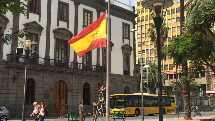 La bandera ondea a media asta en el Palacio Militar de Las Palmas por la muerte de Cristo