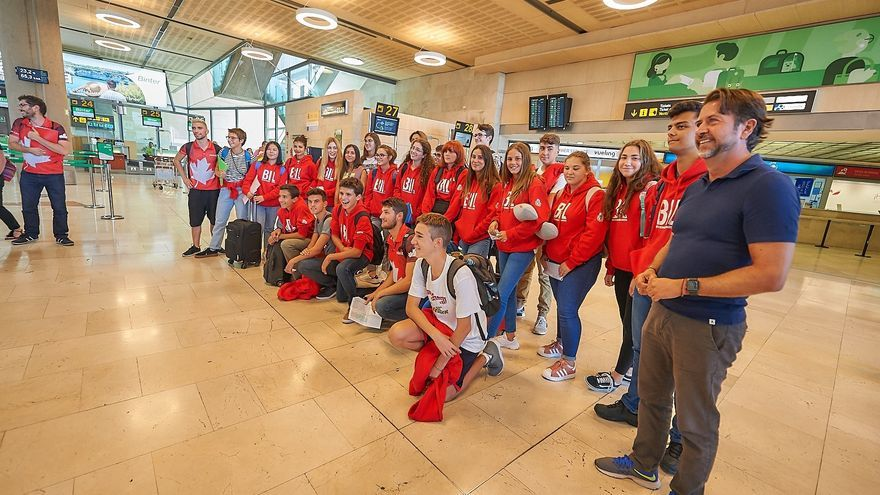 Alumnos que este sábado se desplazaron a Canadá, con la presencia de Carlos Alonso