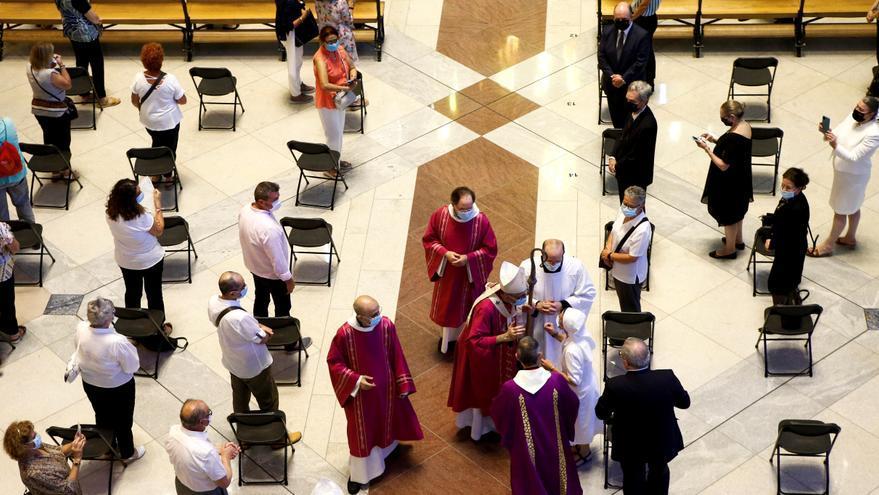 Un momento de la celebración en la Sagrada Familia de una misa oficiada por el cardenal Omella a pesar de que el Procicat no dio la autorización.  EFE/Quique García