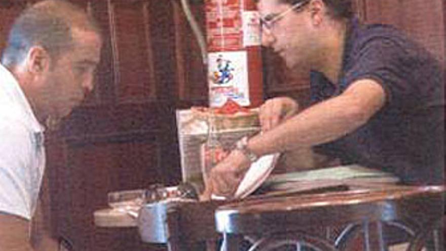 Fernando Becerra recibe explicaciones de Luis Lleó sobre la hoja de ruta para sobornar a Carlos Espino, en el Café La Unión, el 22 de julio de 2008.