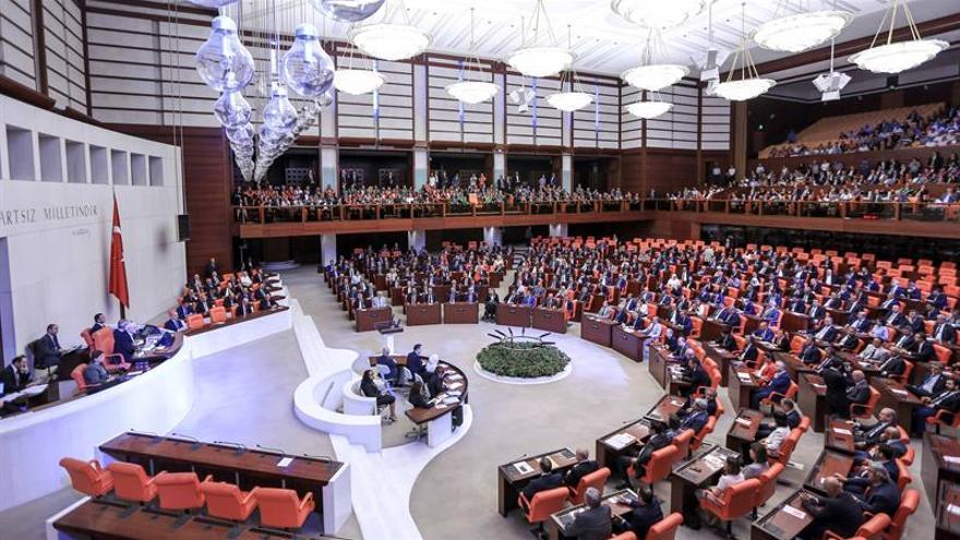 El golpe fallido motiva purgas en la Judicatura y unidad en el Parlamento turco