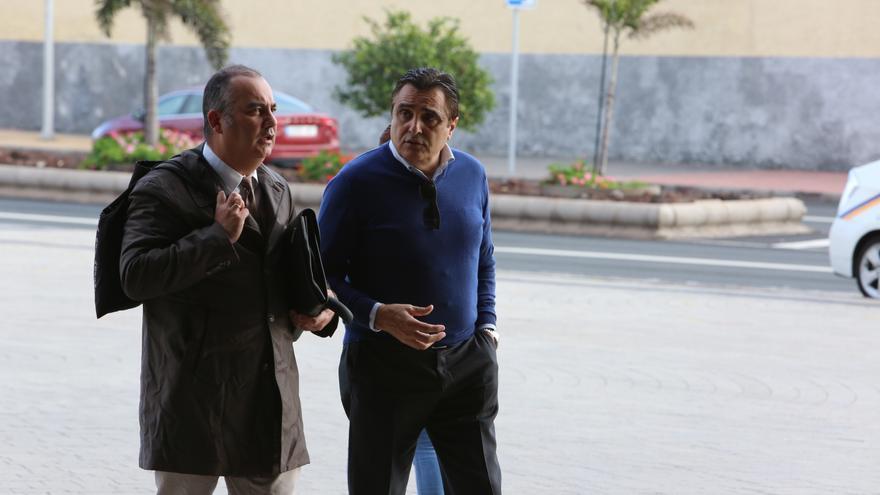 Francisco Valido, junto a su abogado, Juan Sánchez Limiñana, a su llegada a la Ciudad de la Justicia para asistir a una sesión del juicio por el caso Faycán. (ALEJANDRO RAMOS)
