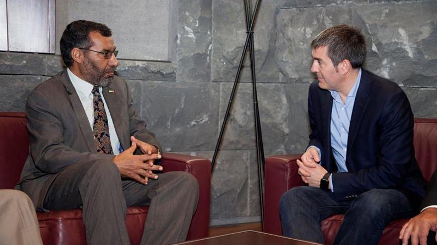 El presidente del Gobierno de Canarias, Fernando Clavijo (d), conversa con el delegado del Frente Polisario en España, Bucharaya Beyun (i). EFE/Ramón de la Rocha