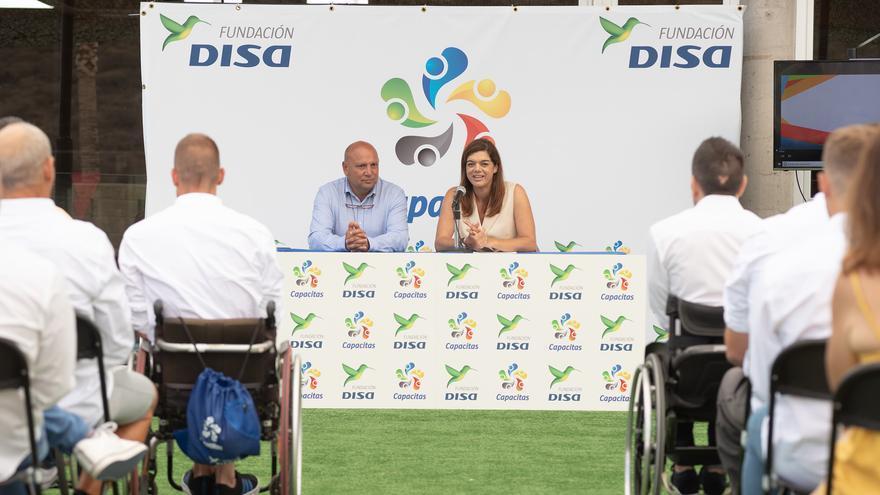 Sara Mateos, directora de la Fundación DISA, y Alfonso Alonso, concejal de Deportes de Adeje