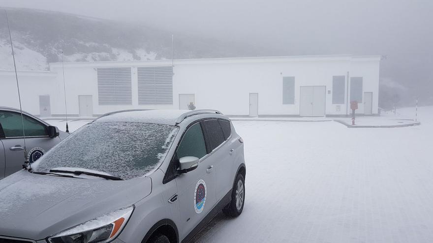 Exterior de la Residencia del IAC en el Roque de Los Muchachos, este lunes, cubierto por una fina capa de nieve y granizo.