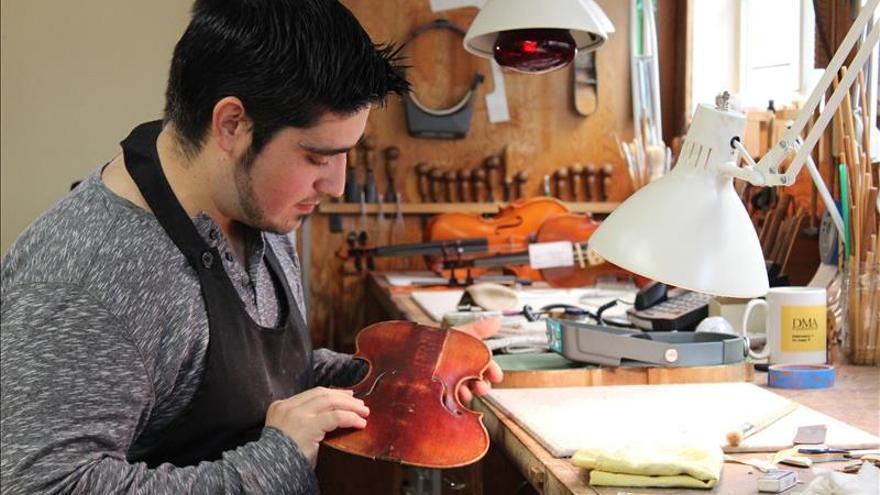 """Un luthier español amplía los entresijos del oficio en el taller """"Hans Weisshaar"""""""