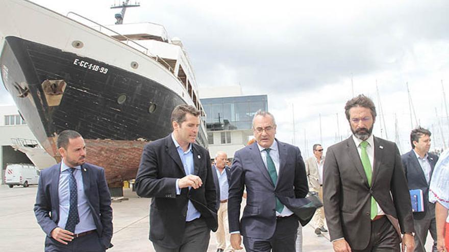 El presidente de Puertos del Estado flanqueado por el señador por Lanzarote y el presidente del Cabildo. Foto: De la Cruz.