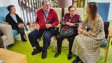 La conselleira de Política Social, Fabiola García, visita un centro de mayores.